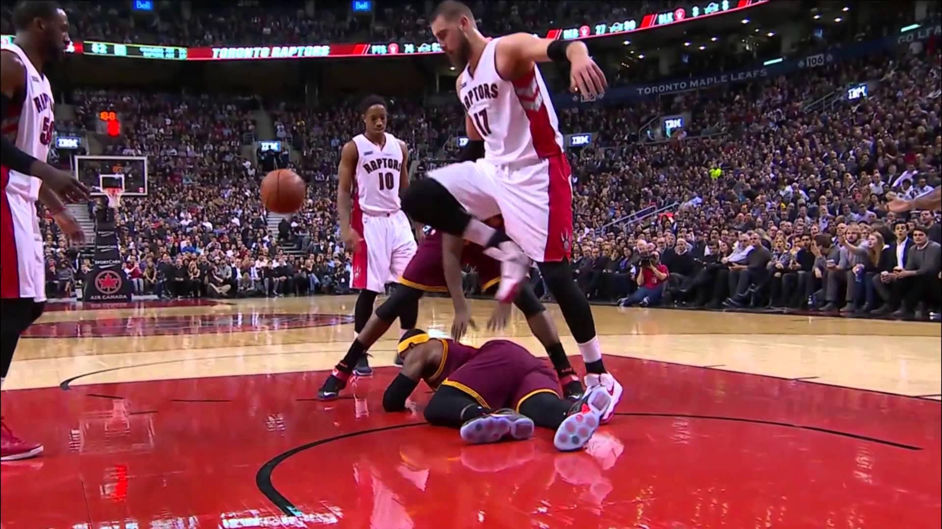 LeBron James swipes at Jonas Valanciunas after being flagrantly fouled