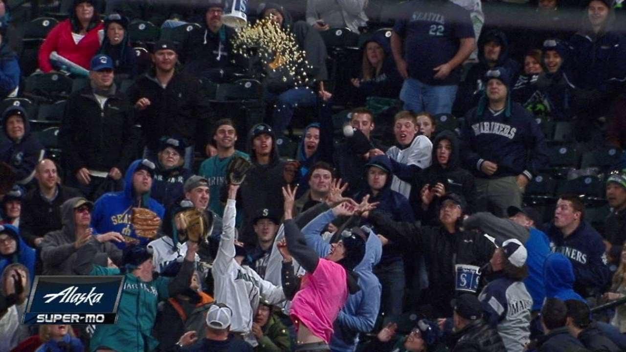 Mariners fan tosses popcorn bucket at foul ball