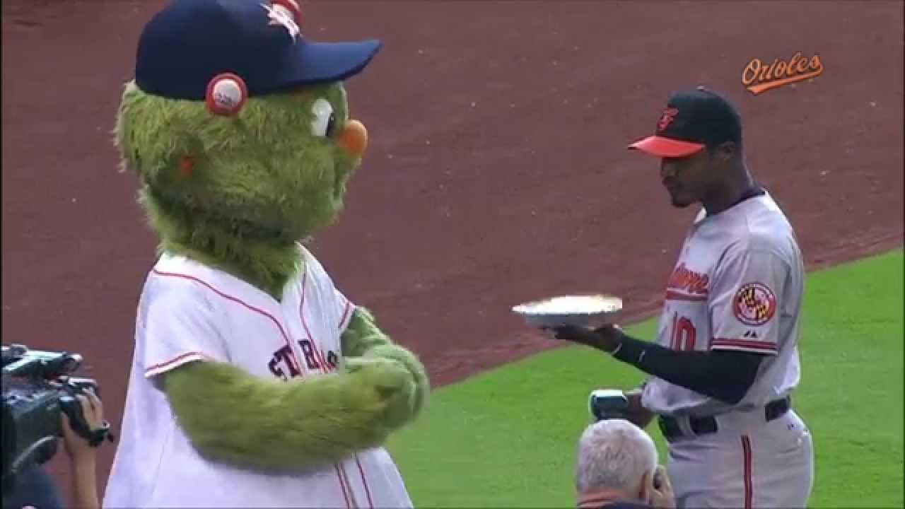 Adam Jones pies Astros' mascot Orbit