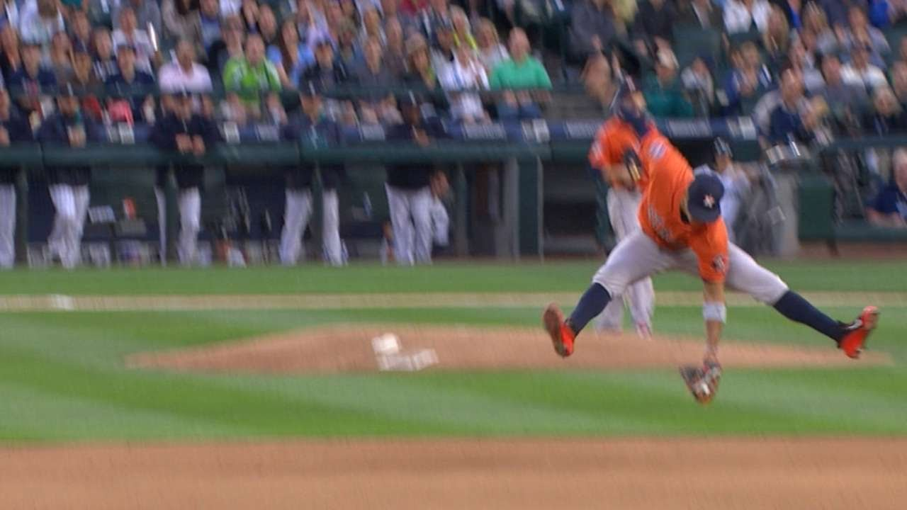 Carlos Correa makes an unbelievable leaping grab