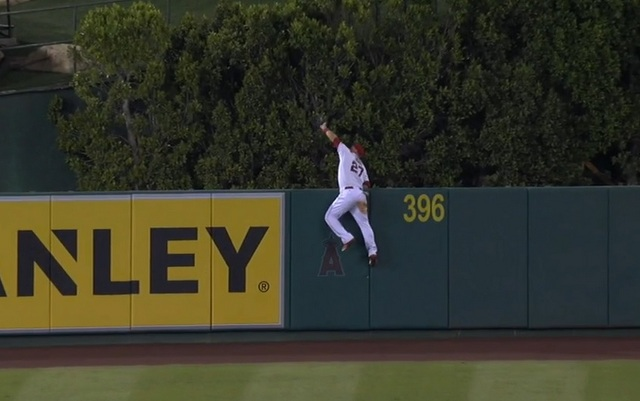 Mike Trout with an epic home run robbery