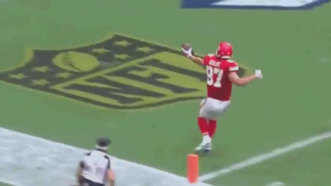 Chiefs TE Travis Kelce celebrates TD with perfect wind up punch