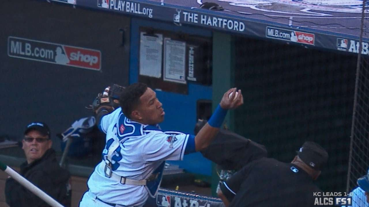Salvador Perez makes barehanded grab on dead ball
