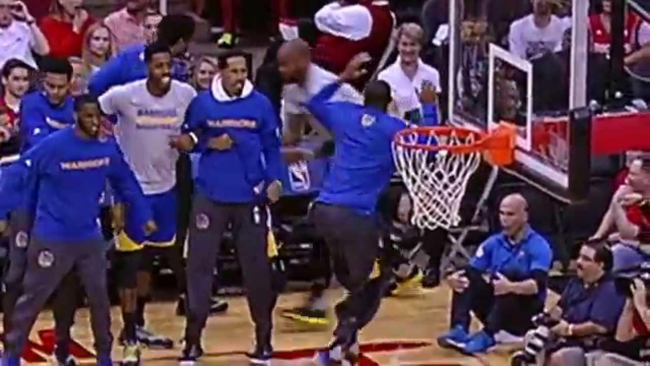 Andre Iguodala has a hilarious reaction to Harrison Barnes' dunk