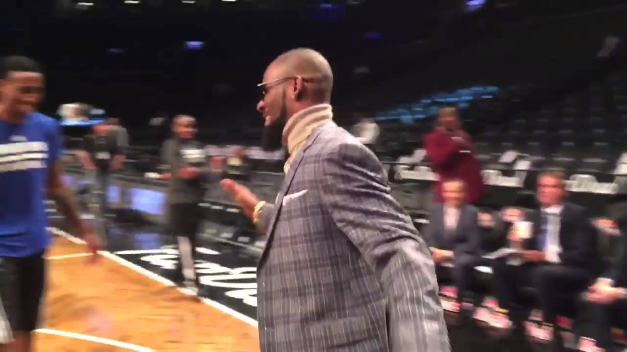 R. Kelly hits a 3-pointer with a cigar in his mouth