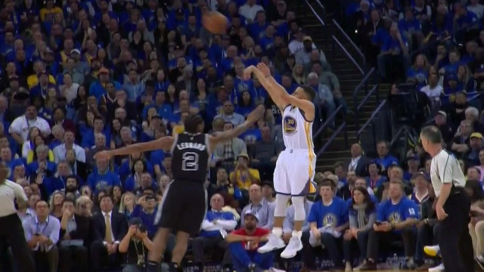 Steph Curry fakes out Kawhi Leonard & buries the 3-pointer