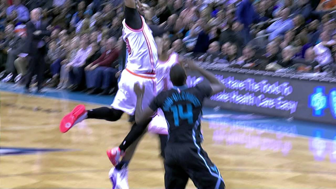 Dwyane Wade with the massive throwdown on the Hornets