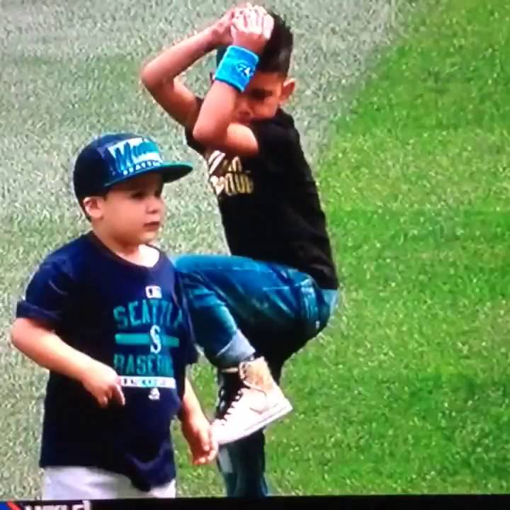 Felix Hernandez' son pitches exactly like him