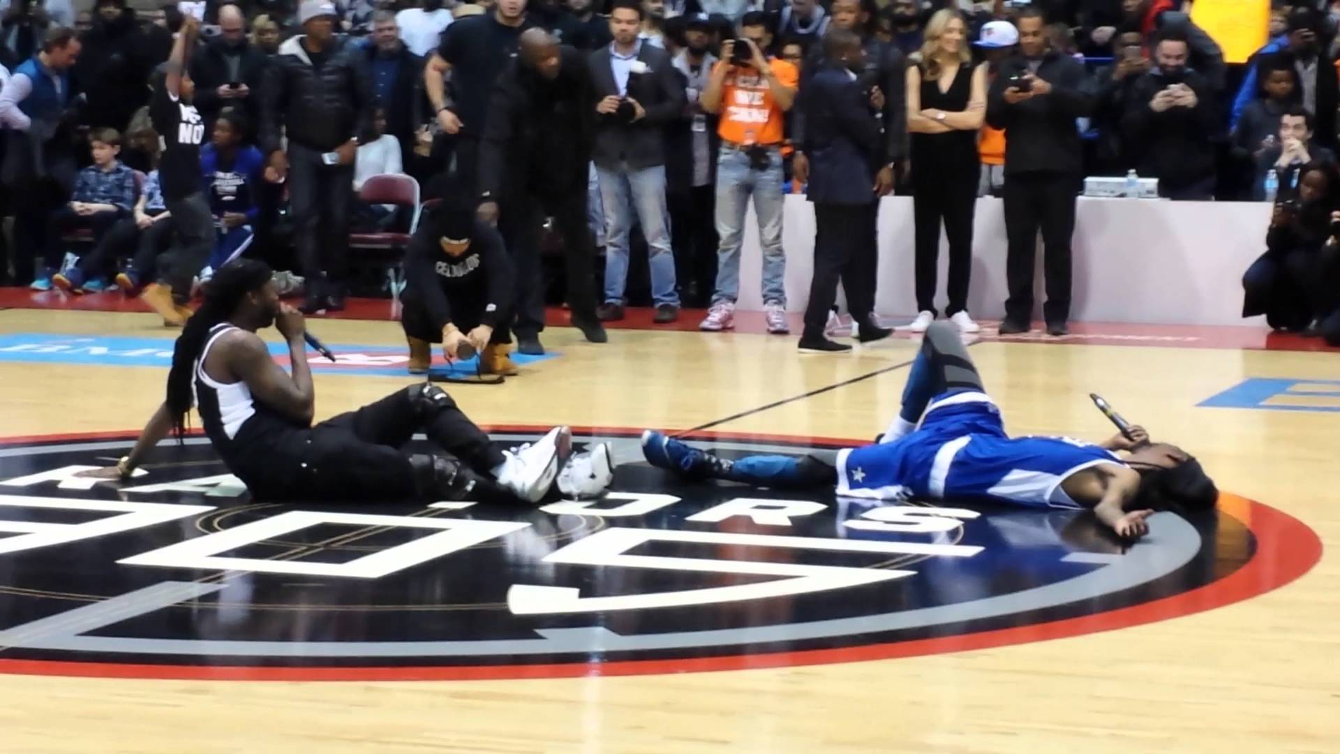 Snoop Dogg & 2 Chainz took a center court rest mid-game for scoreboard controversy