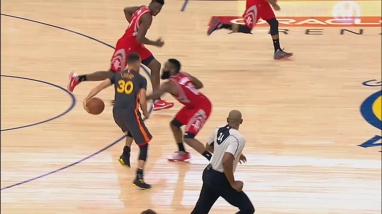 Steph Curry with the unreal behind the back pass