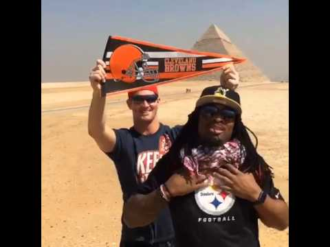 DeAngelo Williams gets photo bomed in Egypt by Browns tight end