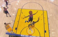 Draymond Green with the unqiue back board pass to Andrew Bogut