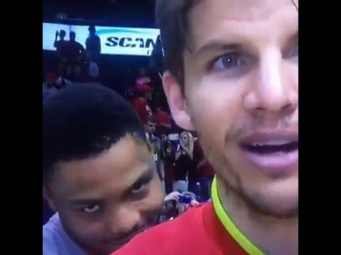 Kent Bazemore with a hilarious video bomb of Kyle Korver