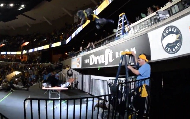 Grizzlies mascot puts Spurs mascot through a table to