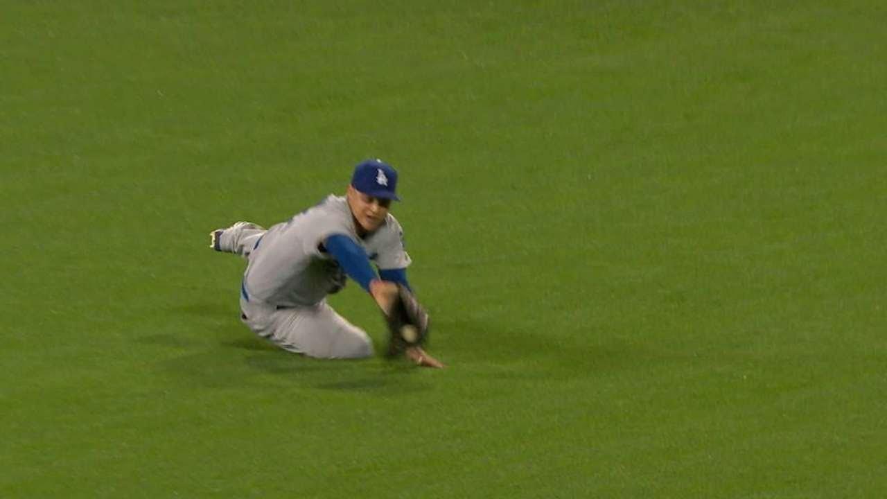 Joc Pederson makes outstanding sliding catch