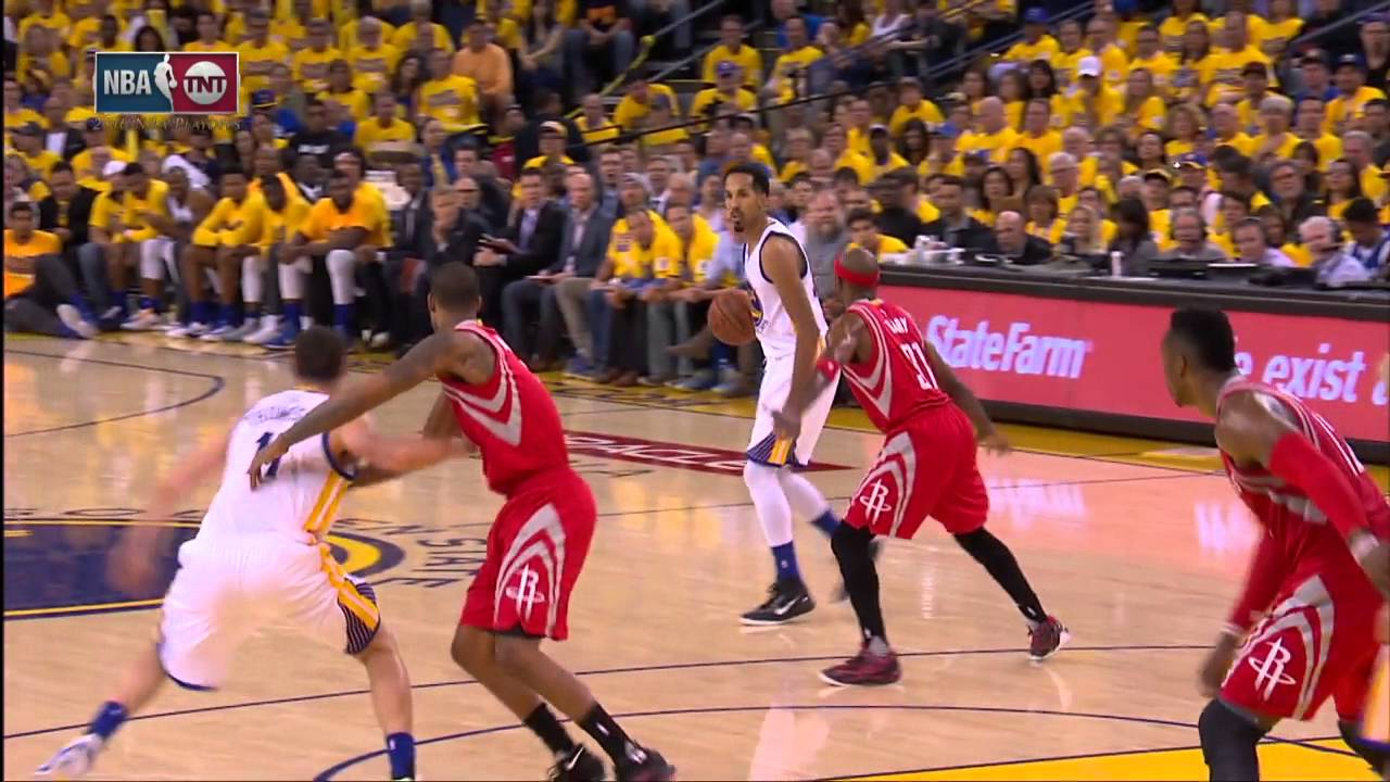 Patrick Beverley attempts to block Klay Thompson's free throw