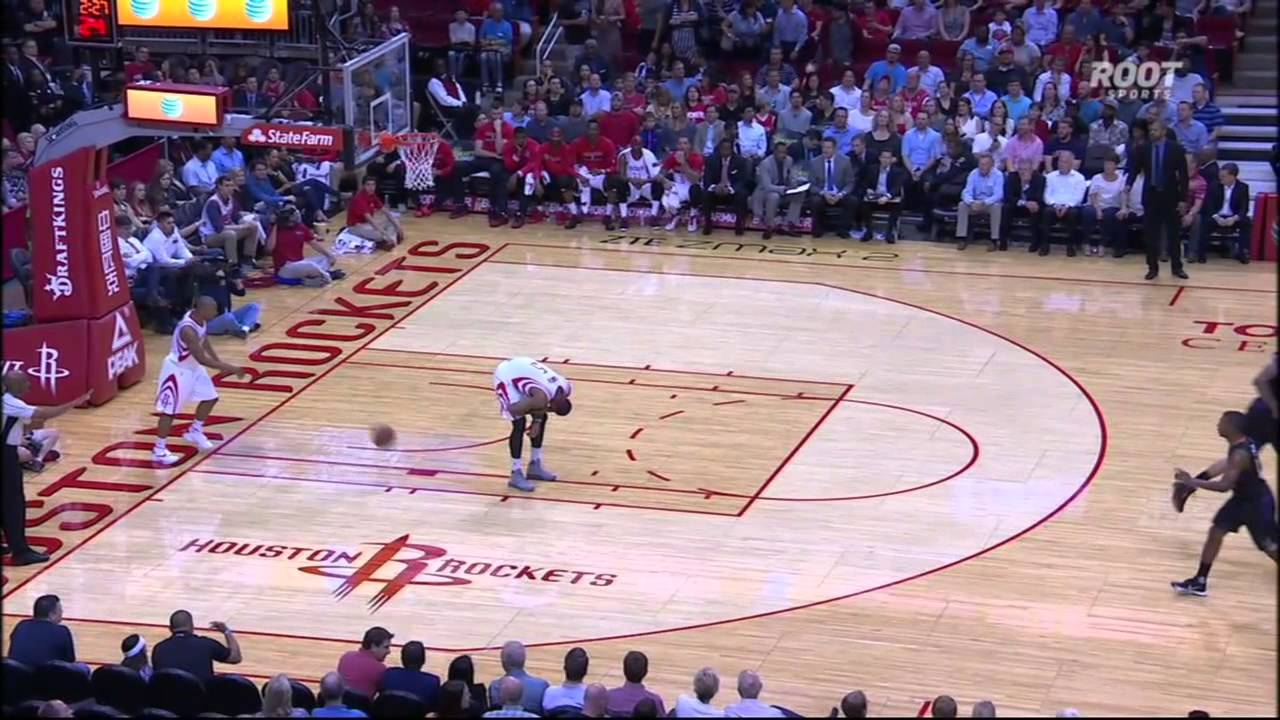 Rockets player tosses ball off of Josh Smith's butt