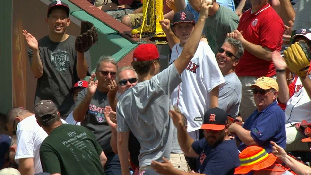 Red Sox fan snags foul ball with one hand