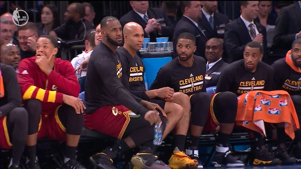 LeBron James & the Cavs flip water bottles during game vs. Knicks
