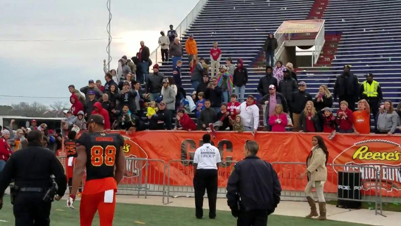 OJ Howard walks off from the Senior Bowl to screaming Alabama fans