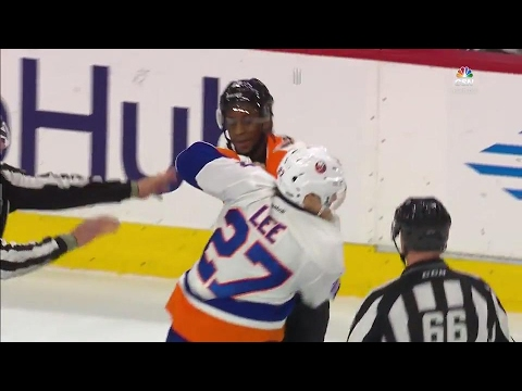 Philadelphia Flyers forward Wayne Simmonds goes toe-to-toe with the New York Islanders' Anders Lee