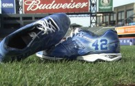 Curtis Granderson showcases cleats to honor Jackie Robinson