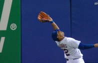 Juan Lagares goes Willie Mays for the over the shoulder grab