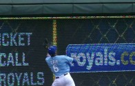 Lorenzo Cain hits wall & hangs on for incredible catch