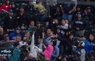 Mariners fan tosses popcorn bucket at foul ball