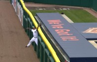 Yoenis Cespedes climbs the wall in left field & takes away a home run