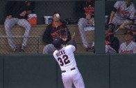Aaron Hicks goes Willie Mays for the over the shoulder no look grab