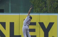 Michael Bourn makes leaping catch to rob a homer