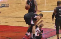 Blake Griffin smacks Taj Gibson in the head