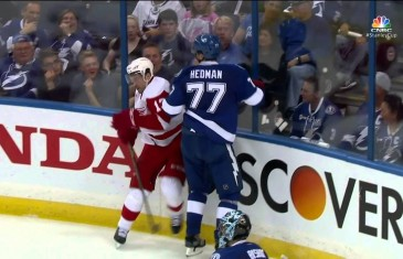 Playoff Hockey: Henrik Zetterberg picks up Datsyuk's teeth off the ice