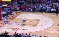Rockets player tosses ball off of Josh Smith's butt